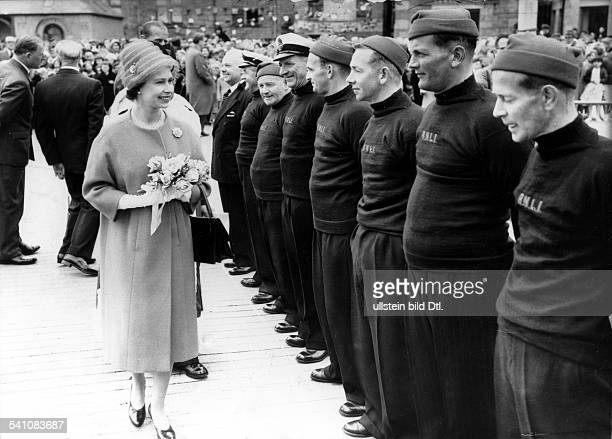 Elisabeth II *Koenigin von GB seit 1953 mit SeenotRettungsmaennern der ShetlandInseln August 1960