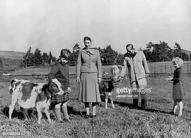 Elisabeth II *Koenigin von GB seit 1953 mit Ehemann Prinz Philip und den Kindern Charles und Anne in Balmoral
