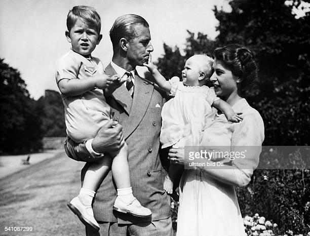 Elisabeth II *Koenigin von GB seit 1953 mit ihrem Ehemann Prinz Philip und den Kindern Charles und Anne im Garten von Clarence House Juli 1951