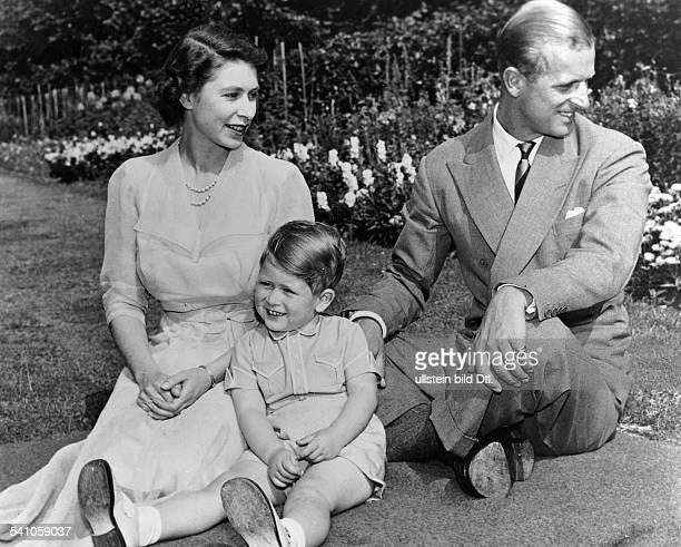 Elisabeth II *Koenigin von GB seit 1953 mit ihrem Mann Prinz Philip Herzog vonEdinburgh und ihrem Sohn Prinz Charlesim Garten von Clarence House Juli...