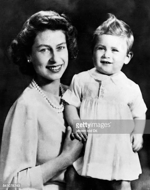 Elisabeth II *Koenigin von GB seit 1953 Portrait mit ihrem Sohn Prinz Charles November 1949