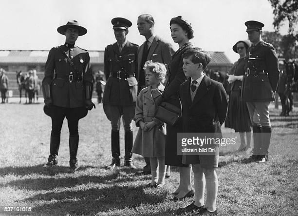 Elisabeth II Koenigin von GB seit 1953 besucht mit Ehemann Prinz Philip und den Kindern Charles und Anne die 'Mounties' die zu dem Zeitpunkt ua in...