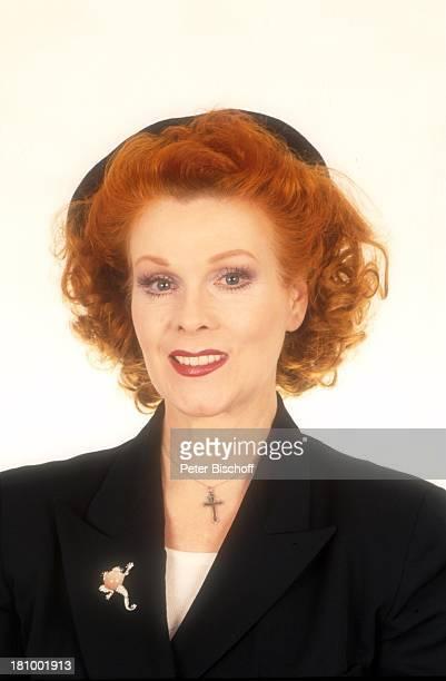 Elisabeth Volkmann Schauspielerin Porträt geb 16 März 1943 Sternzeichen Fische Portrait Kette Halskette Schmuck Brosche Anstecker Hut LD