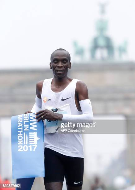 Eliud Kipchoge of Kenya reacts after winning the Berlin Marathon on September 24 2017 in Berlin / AFP PHOTO / MICHELE TANTUSSI