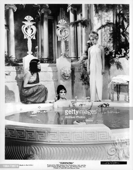 Derecho laboral. - Página 6 Elizabeth-taylor-sitting-in-bath-in-a-scene-from-the-film-cleopatra-picture-id156473874?s=594x594