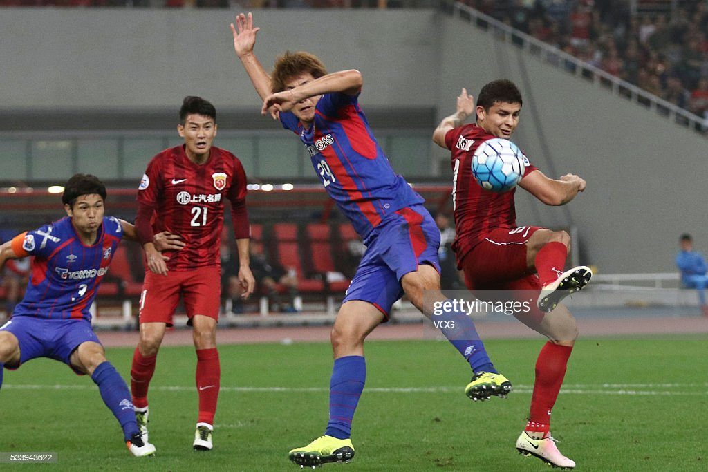 <a gi-track='captionPersonalityLinkClicked' href=/galleries/search?phrase=Elkeson+-+Soccer+Player&family=editorial&specificpeople=6343595 ng-click='$event.stopPropagation()'>Elkeson</a> #9 of Shanghai SIPG and Kazunori Yoshimoto #29 of FC Tokyo compete for the ball during the 1/8 match of AFC Asia Champions League between Shanghai SIPG and FC Tokyo at Shanghai Stadium on May 24, 2016 in Shanghai, China.