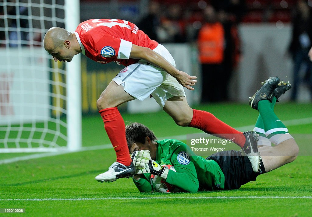 Elkin Soto (L) of Mainz battles for the ball with Martin Maennel (R) of Aue during the DFB Cup second round match between FSV Mainz 05 and FC Erzgebirge Aue at Coface Arena on October 30, 2012 in Mainz, Germany.