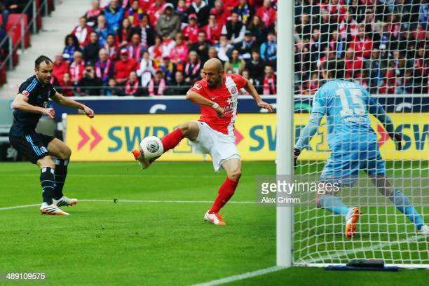 Elkin Soto of Mainz scores his team's first goal against Heiko Westermann and goalkeeper Rene Adler of Hamburg during the Bundesliga match between 1...