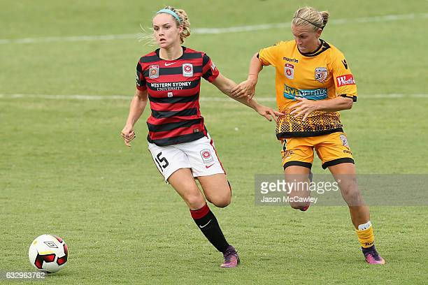 Ellie Carpenter of the Wanderers is challenged by Alyssa Mautz of the Glory during the round 14 WLeague match between the Western Sydney Wanderers...