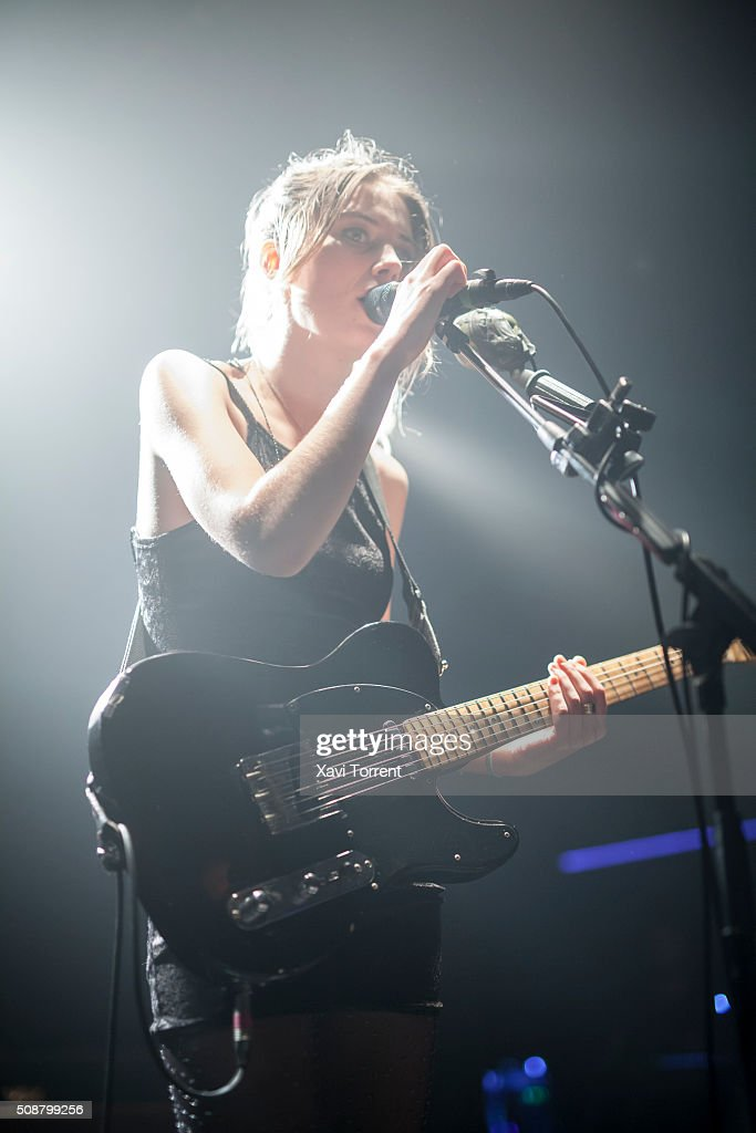 <a gi-track='captionPersonalityLinkClicked' href=/galleries/search?phrase=Ellie+Rowsell&family=editorial&specificpeople=11335087 ng-click='$event.stopPropagation()'>Ellie Rowsell</a> of Wolf Alice performs in concert at Sala Razzmatazz 2 on February 6, 2016 in Barcelona, Spain.