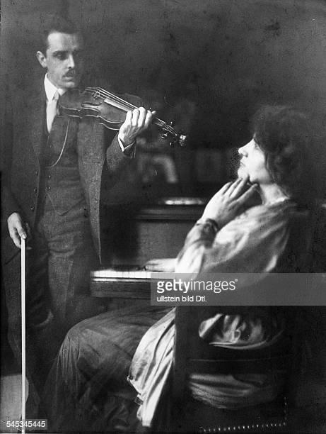 Elly Ney *27091882Musikerin Pianistin Dmit ihrem Ehemann dem Dirigenten Willem van Hoogstraten um 1917