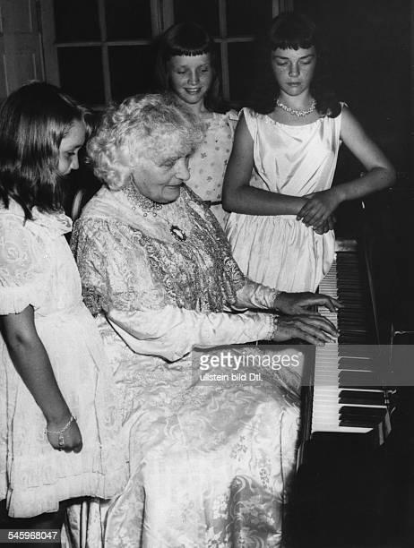 Elly Ney *27091882Musikerin Pianistin Dmit Schülerinnen des Wettbewerb 'Ewig junges Klavier' 1958