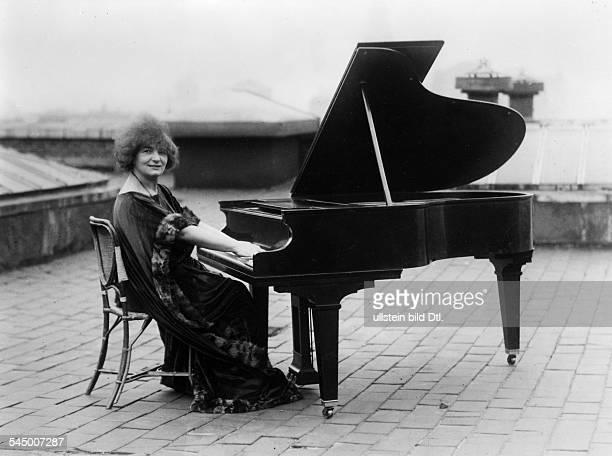 Elly Ney *27091882Musikerin Pianistin DPorrät am Flügel auf dem Dach ihres Hauses in New York USA 1924