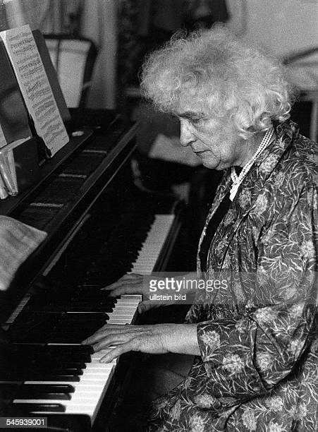Elly Ney *27091882Musikerin Pianistin DPorträt am Konzertflügel 1969