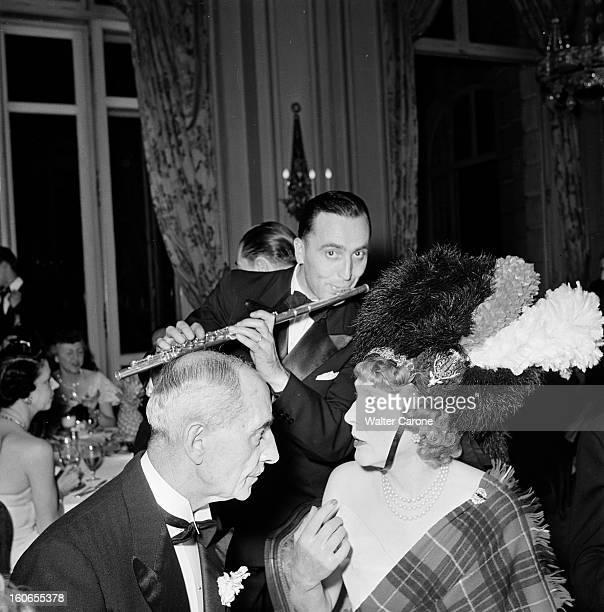 Elsa Maxwell Evening In Paris At The Ritz Paris juillet 1950 Lors d'une soirée organisée par la journaliste Elsa MAXWELL à l'hôtel Ritz le général...