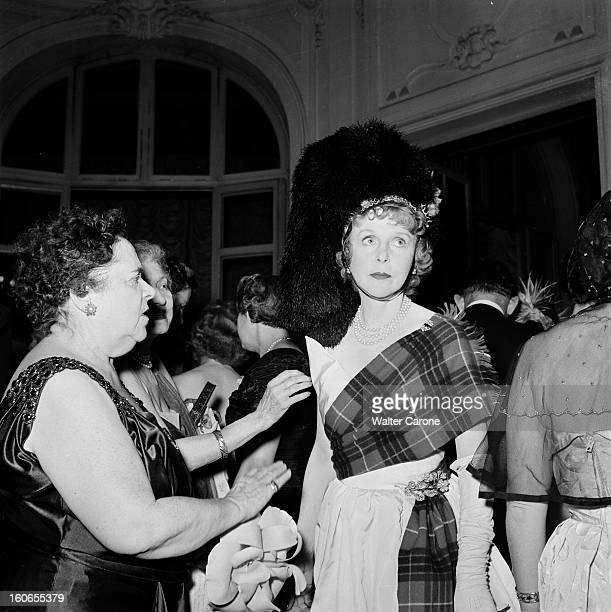 Elsa Maxwell Evening In Paris At The Ritz Paris juillet 1950 Lors d'une soirée à l'hôtel Ritz qu'elle a organisée portrait de la journaliste Elsa...