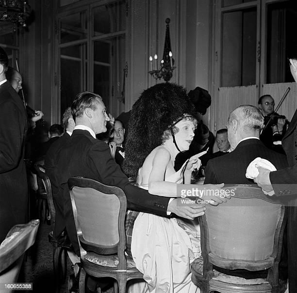 Elsa Maxwell Evening In Paris At The Ritz Paris juillet 1950 Lors d'une soirée organisée par la journaliste Elsa MAXWELL à l'hôtel Ritz Lady Diana...