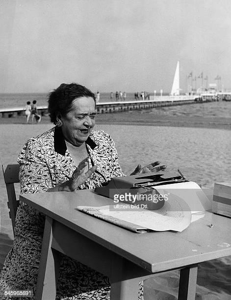 Elsa Maxwell*24051883Journalistin USAKlatschkolumnistinmit Tisch und Schreibmaschine am Strand 1954