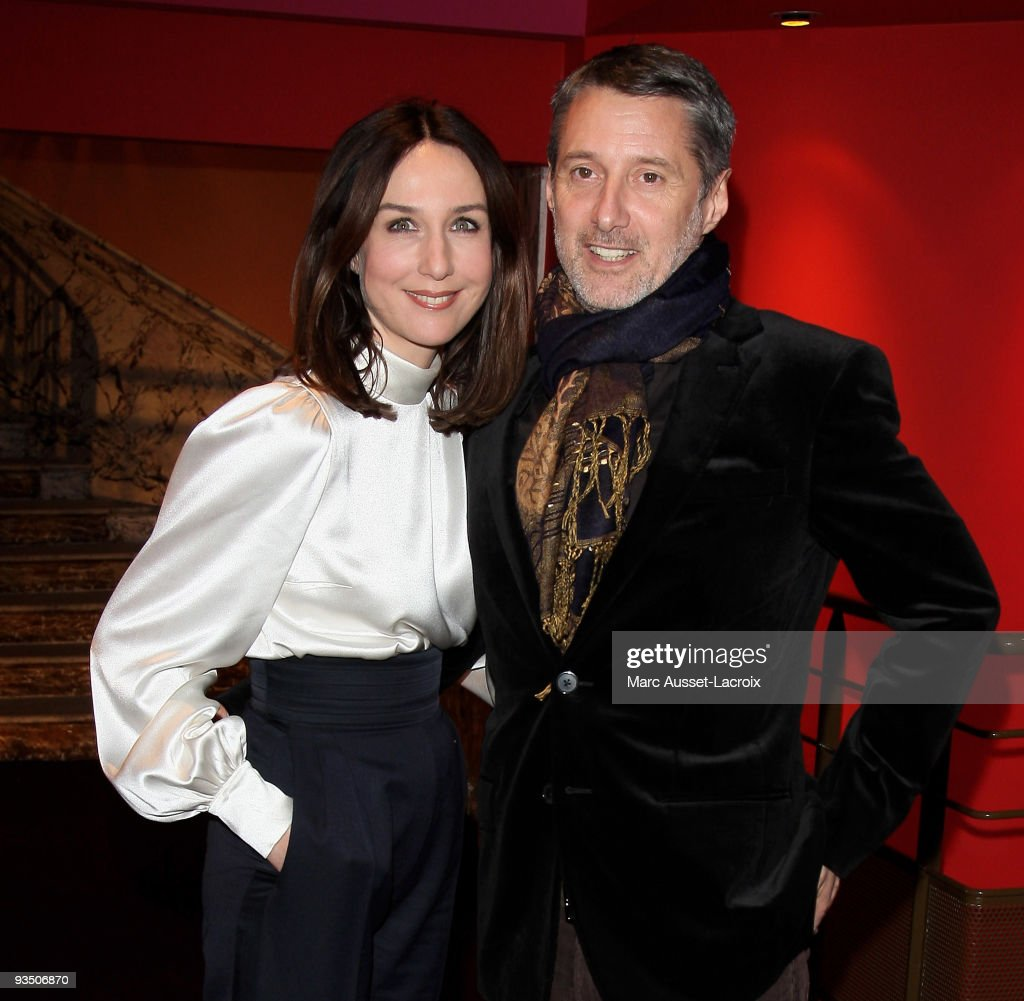 <a gi-track='captionPersonalityLinkClicked' href=/galleries/search?phrase=Elsa+Zylberstein&family=editorial&specificpeople=213054 ng-click='$event.stopPropagation()'>Elsa Zylberstein</a> and Antoine de Caunes pose at the premiere of ''La Folle Histoire d'Amour de Simon Eskenazy' -at Cinema Gaumont Capucine on November 30, 2009 in Paris, France.