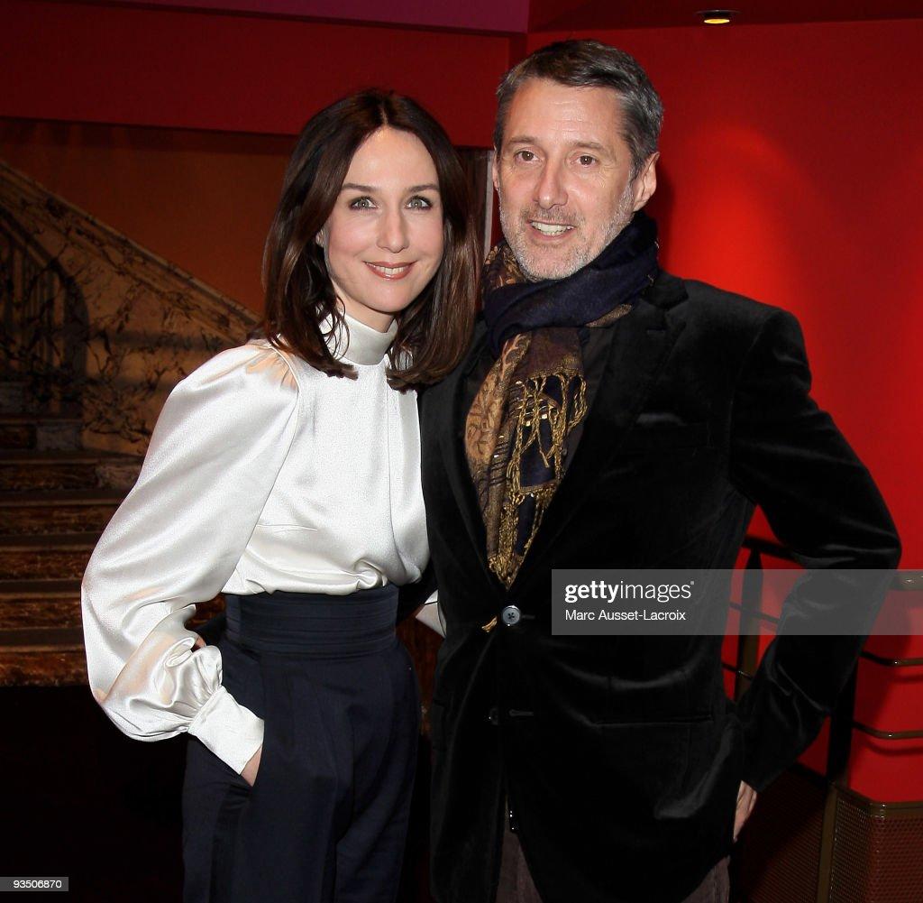 Elsa Zylberstein and Antoine de Caunes pose at the premiere of ''La Folle Histoire d'Amour de Simon Eskenazy' at Cinema Gaumont Capucine on November...