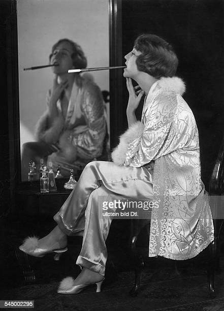 Else Eckersberg *18951989Schauspielerin Dmit Zigarettenspitze in einem eleganten Pyjama mit zartrosa Hose und mattblauer JackeModell M...