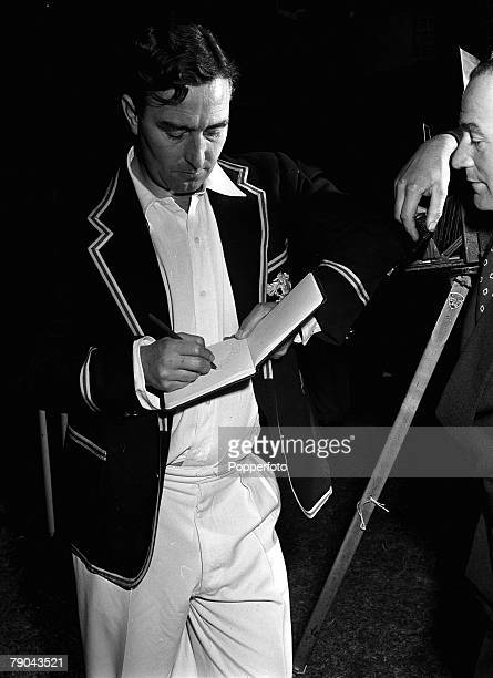 1952 Elstree Hertfordshire England Middlesex and England cricketer and Arsenal footballer Denis Compton signs his autograph for photographer Ronnie...