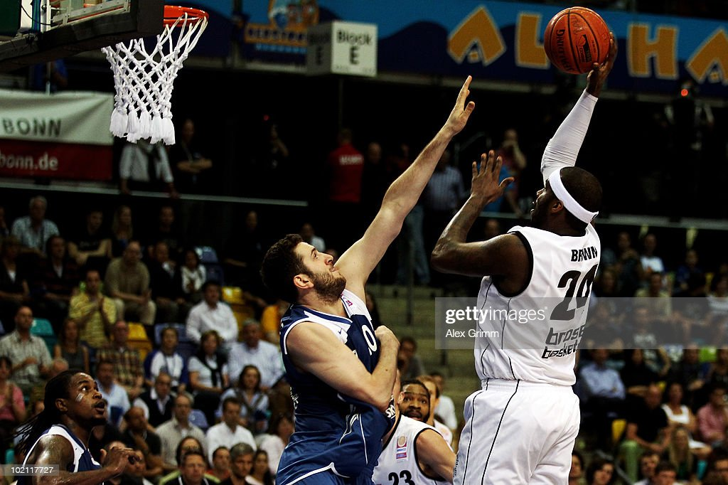 Elton Brown (R) of Brose Baskets is challenged by Dragan Labovic of Frankfurt during game four of the Beko Basketball Bundesliga play off finals between Deutsche Bank Skyliners and Eisbaeren Bremerhaven at the Ballsporthalle on June 15, 2010 in Frankfurt am Main, Germany.