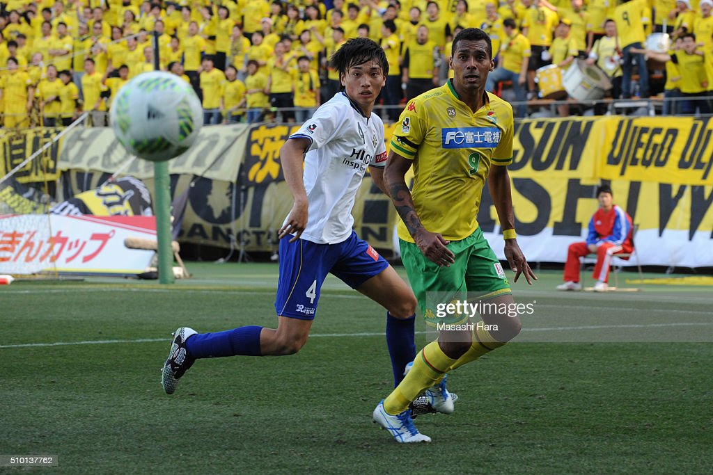 Elton of JEF United Chiba and Shinnosuke Nakatani of Kashiwa Reysol compete for the ball during the preseason friendly match between JEF United Chiba and Kashiwa Reysol at the Fukuda Denshi Arena on February 14, 2016 in Chiba, Japan.