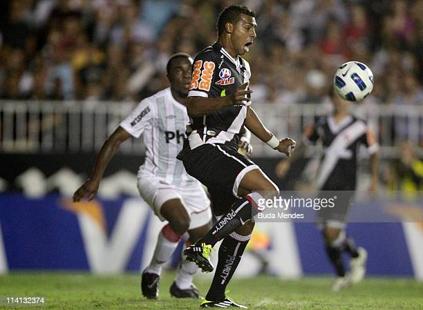 Elton of Vasco struggles for the ball with a player of Atletico Paranaense during a match as part of Brazil Cup 2011 at Sao Januario stadium on May...