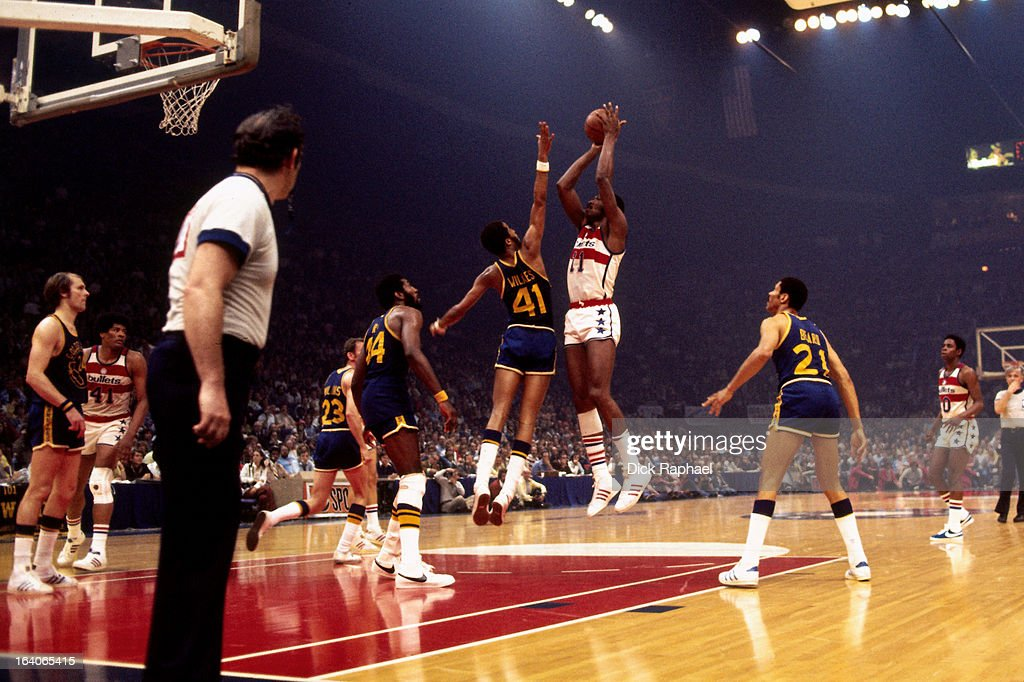 Elvin Hayes of the Washington Bullets shoots against the Golden State Warriors during a game played circa 1975 at the Capital Centre in Landover...