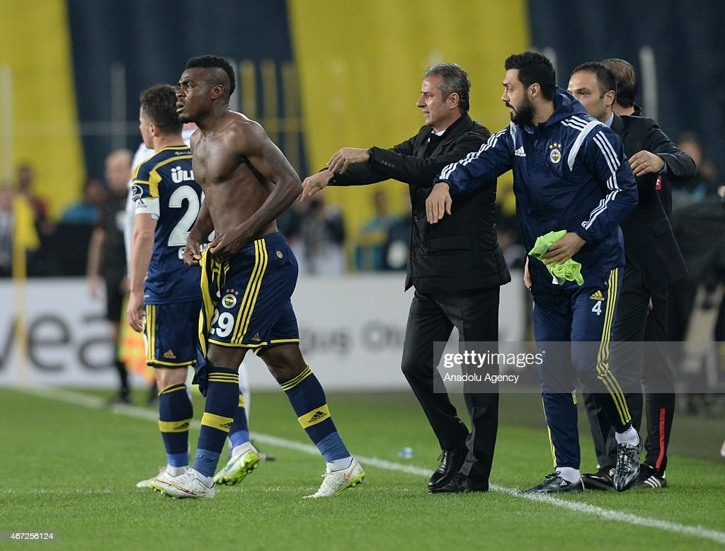 Emanuel Emenike of Fenerbahce (2nd L) reacts after the audience's protest during the Turkish Spor Toto Super League match between Fenerbahce and Besiktas at Sukru Saracoglu Stadium in Istanbul, Turkey on March 22, 2015.