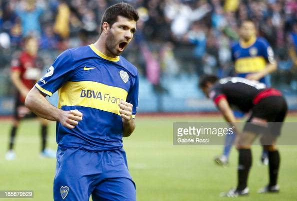 Emanuel Gigliotti of Boca Juniors celebrates the first goal during a match between Boca Juniors and Colon as part of the 13th round of the Torneo...