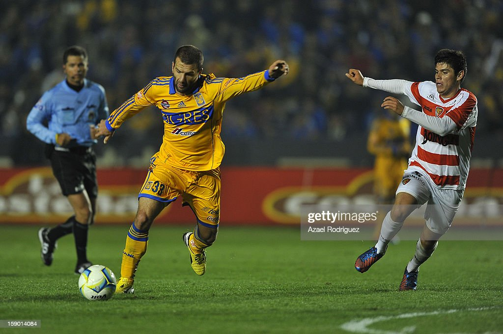 <a gi-track='captionPersonalityLinkClicked' href=/galleries/search?phrase=Emanuel+Villa&family=editorial&specificpeople=3061294 ng-click='$event.stopPropagation()'>Emanuel Villa</a> of Tigres controls the ball during the match between Tigres and Jaguares as part of theClausura 2013 championship at Universitario Stadium on January 05, 2013 in Monterrey, Mexico.