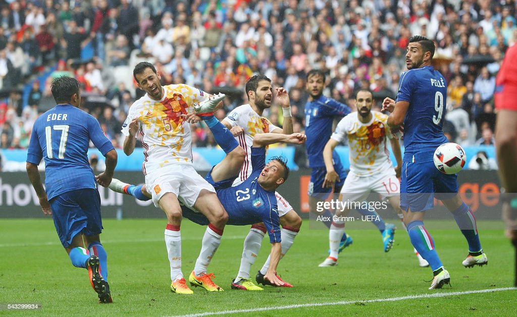 <a gi-track='captionPersonalityLinkClicked' href=/galleries/search?phrase=Emanuele+Giaccherini&family=editorial&specificpeople=6675873 ng-click='$event.stopPropagation()'>Emanuele Giaccherini</a> (3rd L) of Italy attempts an overhead kick during the UEFA EURO 2016 round of 16 match between Italy and Spain at Stade de France on June 27, 2016 in Paris, France.