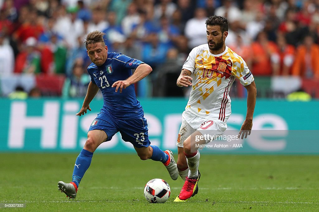<a gi-track='captionPersonalityLinkClicked' href=/galleries/search?phrase=Emanuele+Giaccherini&family=editorial&specificpeople=6675873 ng-click='$event.stopPropagation()'>Emanuele Giaccherini</a> of Italy competes with Cesc Fabregas of Spain during the UEFA Euro 2016 Round of 16 match between Italy and Spain at Stade de France on June 27, 2016 in Paris, France.
