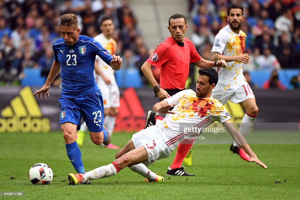 <a gi-track='captionPersonalityLinkClicked' href=/galleries/search?phrase=Emanuele+Giaccherini&family=editorial&specificpeople=6675873 ng-click='$event.stopPropagation()'>Emanuele Giaccherini</a> of Italy is challenged by <a gi-track='captionPersonalityLinkClicked' href=/galleries/search?phrase=Sergio+Busquets&family=editorial&specificpeople=5477015 ng-click='$event.stopPropagation()'>Sergio Busquets</a> of Spain during the UEFA EURO 2016 round of 16 match between Italy and Spain at Stade de France on June 27, 2016 in Paris, France.