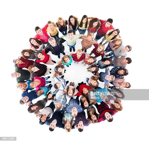 Erfreut Gruppe von glücklichen Menschen im Kreis.