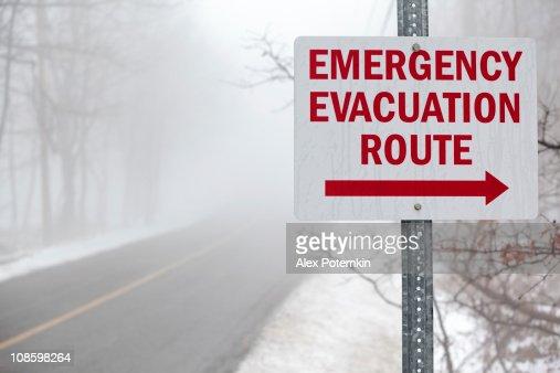「緊急避難ルート」には、霧の道路標識