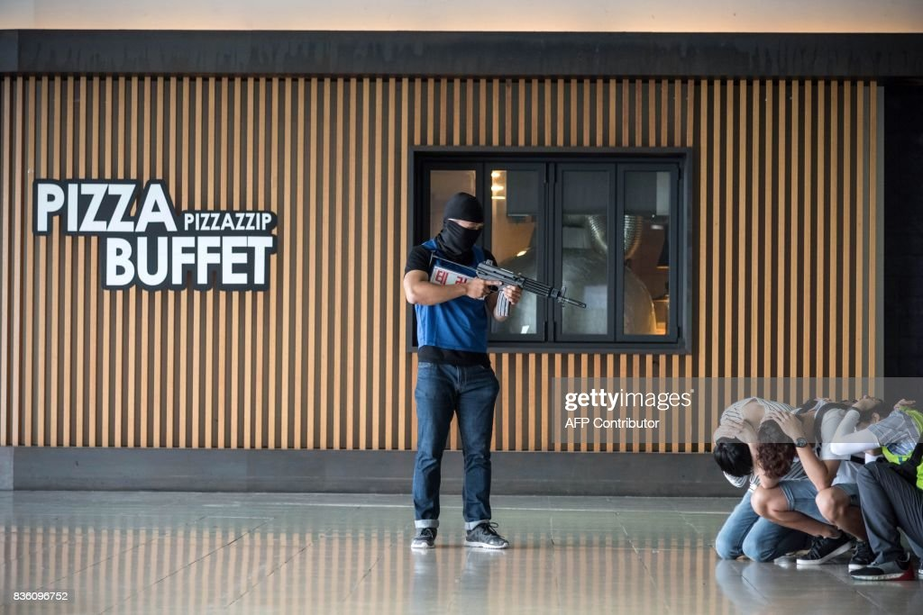Emergency service members and volunteers take part in a mock hostage situation during an anti-terror drill in Goyang on August 21, 2017. Meanwhile tens of thousands of South Korean and US troops are taking part in the 'Ulchi Freedom Guardian' joint military drills, a largely computer-simulated exercise that runs for two weeks in the South. / AFP PHOTO / Ed JONES