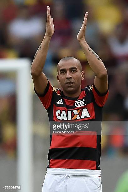 Emerson Sheik of Flamengo gestures during a match between Flamengo and Atletico Mineiro as part of Brasileirao Series A 2015 at Maracana Stadium on...