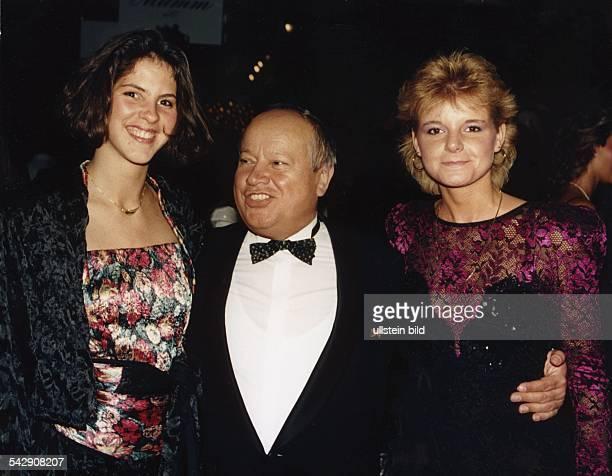 Emil Beck Bundestrainer der Fechter hat die Fechterinnen und Medaillengewinnerinnen Sabine Bau und Anja Fichtel auf der OlympiaGala 1988 im CCH in...