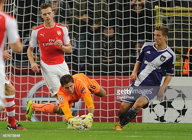 Emiliano Martinez of Arsenal dives at the feet of Dennis Praet of Anderlecht during the UEFA Champions League match between RSC Anderlecht and...