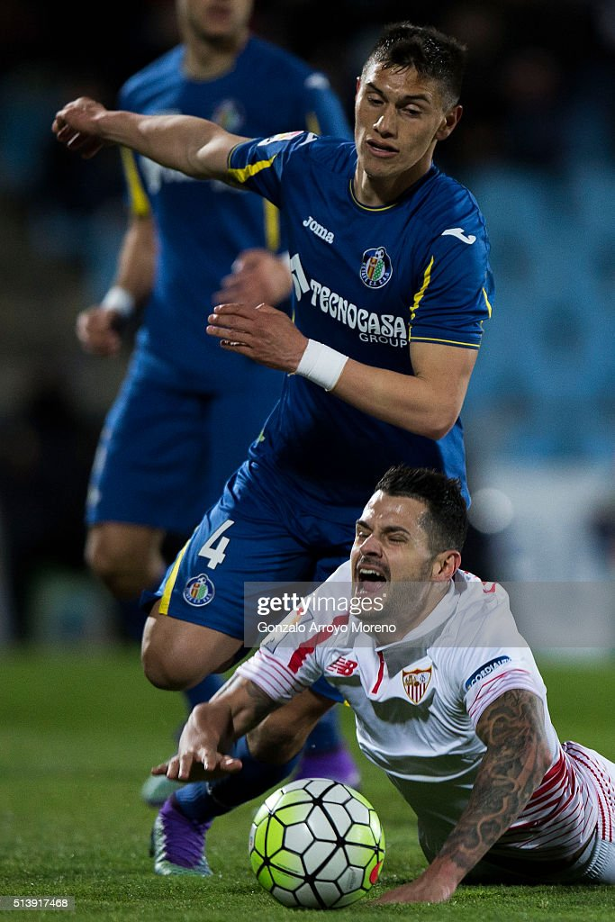 Emiliano Velazquez (L) of Getafe CF tackles Vctor Machin alias <a gi-track='captionPersonalityLinkClicked' href=/galleries/search?phrase=Vitolo+-+Winger&family=editorial&specificpeople=11253753 ng-click='$event.stopPropagation()'>Vitolo</a> (R) of Sevilla FC during the La Liga match between Getafe CF and Sevilla CF at Coliseum Alfonso Perez on March 5, 2016 in Getafe, Spain.