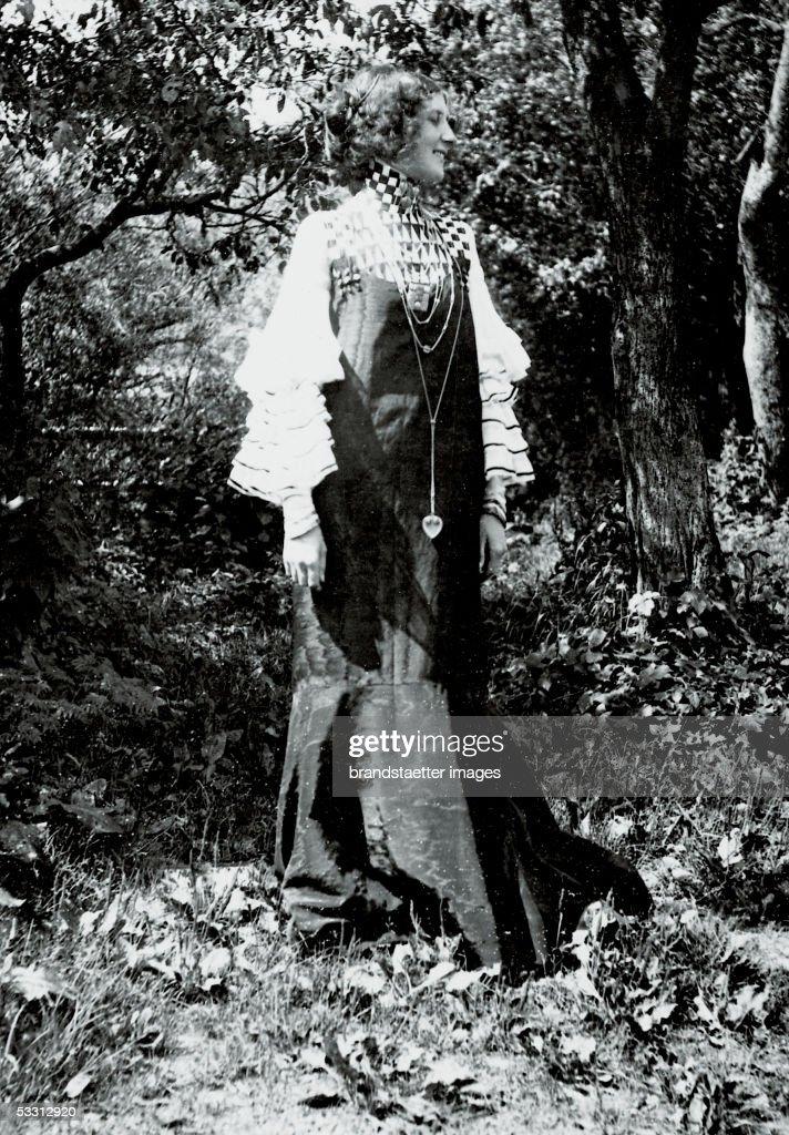 Emilie Floege in concert dress, designed by Gustav Klimt (dress IX). Series of 10 dresses, designed by Klimt and Floege, photography by Klimt 1906. Published in: German Art and Decoration, volume 19, p. 65f. Darmstadt: 1906/07. (Photo by Imagno/Getty Images) [Emilie Floege in einem von Gustav Klimt entworfenen Konzert-Kleid (Haengekleid
