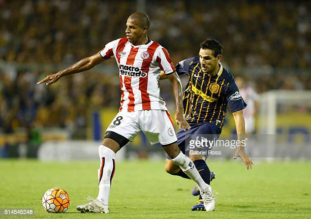 Emilton Pedroso of River Plate fights for the ball with German Gustavo Herrera of Rosario Central during a match between Rosario Central and River...