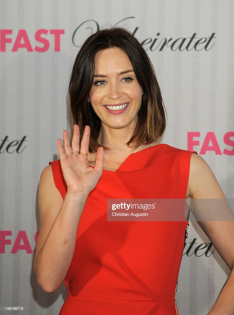 <a gi-track='captionPersonalityLinkClicked' href=/galleries/search?phrase=Emily+Blunt&family=editorial&specificpeople=213480 ng-click='$event.stopPropagation()'>Emily Blunt</a> attends 'The Five-Year Engagement' Photocall (Fast verheiratet) at Hotel Park Hyatt on June 11, 2012 in Hamburg, Germany.