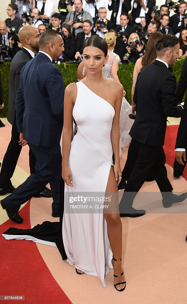Emily Ratajkowski arrives fot the Costume Institute Benefit at the Metropolitan Museum of Art on May 2, 2016 in New York. / AFP / TIMOTHY