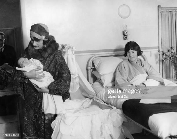 Emir King of Afghanistan Amanullah Khan´s travel in Europe here England Queen Soraya Tarzi Hanim visiting a hospital in London 1928 Vintage property...