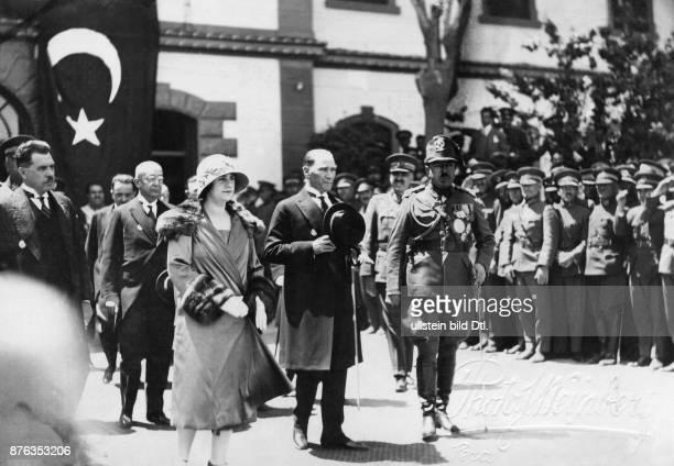 Emir King of Afghanistan Amanullah Khan´s travel through Europe Turkey The Afghanian royal couple Amanullah Khan and Soraya Tarzi Hanim with the...