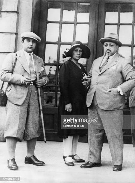 Emir King of Afghanistan Anayat Ullah King´s Amanullah Khan brother with his wife and son in Budapest Vintage property of ullstein bild